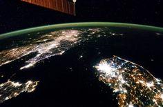 Volando sobre el Este de Asia, un miembro de la tripulación Expedición 38 de la ISS tomó esta imagen nocturna de la Península de Corea, el 30 de enero de 2014. Corea del Norte (centro) está casi completamente a oscuras en comparación con la vecina Corea del Sur y China