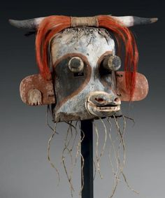 Masque de Kachina WAKAS, Hopi, Arizona, USA Circa: 1880-1900 H: 29cm L: 40cm Cuir, bois, pigments naturels, crins de chevaux teintés, plumes de geais bleus américains ainsi que Moqueur.