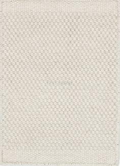 Dywanik-chodnik Asko White to wełniany dywan pochodzący z kolekcji duńskiej marki Linie Design. Dywanik jest ręcznie tkany przez doświadczonych tkaczy z wełny kolorze naturalnej bieli (ecru). Prosty ponadczasowy wzór dywanu i kolor sprawia że doskonale nadaje się do wnętrz nowoczesnych dodając im ciepła i przytulności. Dywanik jest miękki i dwustronny, nie rysuje podłogi. Wełna jest mocna i odporna na brud dzięki czemu dywanik długo wygląda jak nowy.Sposób czyszczenia: systematyczne…