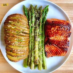 Honey-garlic-chipotle salmon and hasselback potatoes coming in hot for tonight's post-gym din You g - Health and Nutrition Healthy Snacks, Healthy Eating, Healthy Recipes, Healthy Drinks, Yogurt Recipes, Whole Food Recipes, Cooking Recipes, Dinner Recipes, Good Food