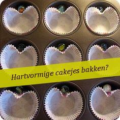 Als je cakejes in een hartvormpje wilt bakken, kun je een knikker bij het papiertje doen zodat er een hartje onstaat