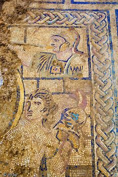 Détail de la mosaïque représentant la découverted'Achille par Ulysse sur l'île de Skyros,datée de la fin du IIe s. ou du début du IIIe s.de notre ère Nîmes. Ici une représentation d'une des femmes du gynécée et, audessus, un compagnon d'Ulysse sonnant la trompette ...