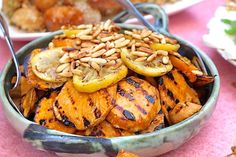 Gegrillte Süßkartoffeln mit Mozzarella, Tomaten und Pinienkernen