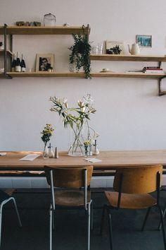 Voici quelques photos de salle à manger qui on l'espère vous plaira. Plusieurs éléments intéressants; le mur de brique, les chaises dépareillées et l'immense fenêtre. Nous aimons l&rsqu…