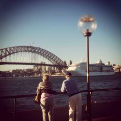 Beira da Bahia de Sydney, a vista da Harbour Bridge e a despedida do cruzeiro. #australia #sydney #oceania #ponte