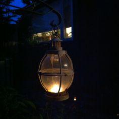 庭にいるのが気持ちいい季節。ビール片手にアンティークのランタンに火を灯してみました。