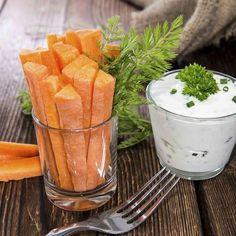 Batônnets de carottes, sauce au yaourt et ciboulette