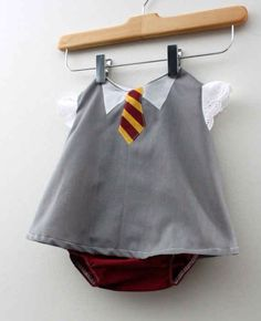 harry potter baby - The 'Hogwarts Gryffindor Student Costume' by the 'Rae Gun' Etsy Shop is an adorable Harry Potter baby costume. The adorable. Baby Harry Potter, Harry Potter Enfants, Harry Potter Baby Clothes, Baby Outfits, Cute Kids, Cute Babies, Student Costume, Baby T Shirts, Baby Onesie