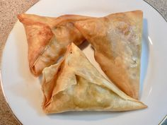 Samosas (AKA samoosa in South Africa) – what are they and where do they come from? Simply put a samosa is a fried or baked pastry with a savory filing such as potato, peas, lentils, gr… South African Desserts, South African Dishes, South African Recipes, Indian Food Recipes, Ethnic Recipes, Indian Snacks, Meat Samosa, Beef Samosa Recipe, Chicken Samosa Recipes