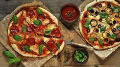 Někde jsem četla, že sex je jako pizza – když je dobrý, je to skvělé, akdyž je průměrný, je to pořád docela dobré. Ať je to jak chce, ani vdobě, kdy zobchodů zmizelo veškeré droždí, se nehodláme obejít bez domácí pizzy. Sepsala jsem pro vás recept, jak připravit křupavou pizzu ibez kvasnic, jen strochou kypřicího prášku. Pitta, Mozzarella, Vegetable Pizza, Vegetables, Veggies, Vegetable Recipes, Vegetarian Pizza