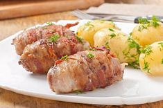 Grilled meat rolls wrapped in strips of bacon , Pork Meat, Grilled Meat, Beef Tartare, Meat Rolls, Paleo Bacon, Baby Potatoes, Smoked Bacon, Snacks, Baking Pans