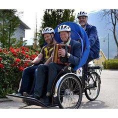For et syn! Her suser ordføreren og rådmannen i Volda avgårde i kommunens nye sykkel-rickshaw! Med en torader i fanget! :) Rickshaw'en har de fått helt gratis fordi de er med i nettverket vårt og fordi vi har et partnerskap med @sammenpaasykkel. Sykkelen er virkelig et folkehelse-kinderegg, som i tillegg til å skape aktivitet og trivsel for både syklist og passasjer, gir eldre og andre med nedsatt funksjonsevne mulighet til å komme seg ut i sitt nærmiljø og kjenne vinden i håret…