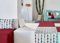 Architecte : Fabienne Spahn. Lobby de l'hôtel Kouros, coussins et assises revêtus du motif Éclat.