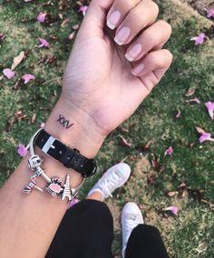 Vinto e cinco em número romano. Tattoo delicada no pulso #tattoodelicada #tattoopulso #tattoofineline #tattoodesign #tattooart