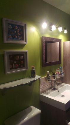 Notre rénovation de salle de bain et ma déco fait par moi-même : cadres avec coquillages, un dont le font est peint en bleu, l'autre est fait avec du sable et rangement au dessus du lavabo avec des pots masson. Bathroom Lighting, Pots, Mirror, Furniture, Home Decor, Trough Sink, Other, Sea Shells, Frames