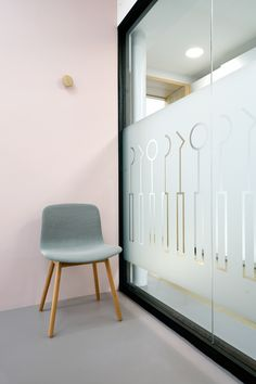 VEVS Interior Design developed for dentists Frank Poorter a distinctive practice. An balanced interior with a nice contrast between the clinical treatment zone and warm homy waiting room.www.vevs-interiordesign.nlwww.poortertandartsen.nlBrand Identit…
