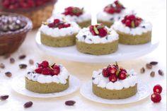 Le tartellette al pistacchio, ricotta e fragoline di bosco sono delizie di pasta frolla al pistacchio ripiene di ricotta e gocce di cioccolato.