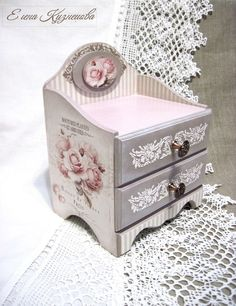 Furniture For Small Bedrooms Decoupage Box, Decoupage Furniture, Decoupage Vintage, Painted Furniture, Shabby Chic Crafts, Shabby Chic Decor, Jewelry Box Makeover, Small Chest Of Drawers, Wooden Jewelry Boxes