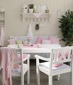 Shabby chic outdoor sitting area Love This :) Cottage Shabby Chic, Shabby Chic Vintage, Shabby Chic Kitchen, Shabby Chic Homes, Cottage Style, Gazebo, Sweet Home, Pastel House, Home And Deco