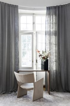 Gardin tips - häng gardinerna högt och brett för att skapa rymd i rummet. Dessa Gotain gardiner i vävda i linne och faller i generösa vågor. De är skräddarsydda med ett släp på 5cm som landar avslappnat mot mattan. För att se mer av denna gardin besök oss på www.gotain.com - Vi gör det enkelt att beställa skräddarsydda gardiner! #Gotain #gardiner #gardin #linne #linnegardiner #linnegardin #inredning #interiör