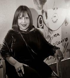 Olá pessoal!     Um pouco sobre Regina Guerreiro.         Regina Guerreiro é uma jornalista brasileira. Foi editora e diretora da Vogue dur...