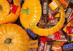 Dallas Teksas 31 pa dziernika 2014 r ozdobne dynie wype nione r nych Halloween cukierki czekoladowe  Zdjęcie Seryjne