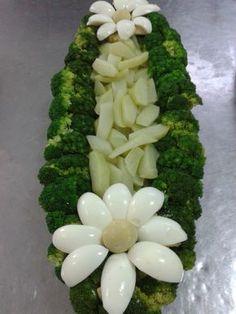 Salada de chuchu com brócolis, decorada com flor de ovos, um segredo para ao brócolis ficar verdinho e crocante é ferver a água, colocar um ...