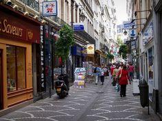 Saint-Étienne: Rue Saint-Jean avec ses maisons et ses commerces - France-Voyage.com Saint Etienne, Saint Jean, Street View, City, Rue, Images, Old City, France Travel, Tourism
