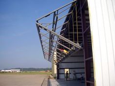 schweiss-liftstrap-bifold-door-installed-on-hangar.jpg (660×495)