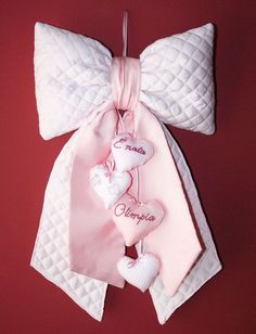 Fiocco nascita rosa Decor Crafts, Diy And Crafts, Arts And Crafts, Bow Tutorial, Flower Tutorial, Fabric Bows, Ribbon Bows, Fabric Hearts, Sewing Crafts