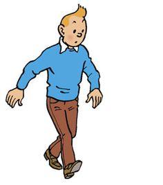 Tintin marche. Il porte une chemise blanche, un pull bleu, un pantalon et des chaussures marron.