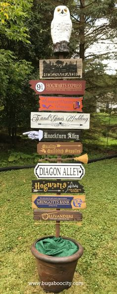 Harry Potter Costume DIY Harry Potter Directional Sign for a Wedding Reception - I created an tall DIY Harry Potter Directional Sign for a friends wedding. The sign features over 10 locations in the Harry Potter world! Harry Potter Kawaii, Décoration Harry Potter, Harry Potter Thema, Harry Potter Bedroom, Harry Potter Crafts Diy, Harry Potter Decorations Diy, Harry Potter Library, Costume Harry Potter, Harry Potter Things