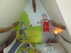 Décoration d'une chambre d'enfants sous combles avec peinture décorative sur le thème des chevaliers.