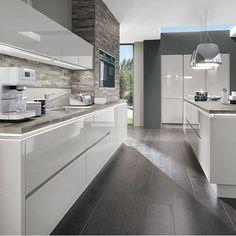 Le LED se glisse partout. Les lignes pures de nos cuisines design aux façades brillantes et sans poignée sont renforcées par les éclairages LED intégrés.