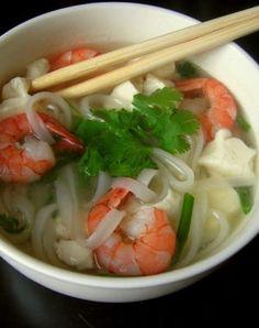 Pho aux crevettes et au tofu express  Offrez-vous un voyage gustatif avec ce pho - plat national vietnamien - exotique à la fois dans ses saveurs que dans ses ingrédients. Une soupe minceur qui va réchauffer votre hiver.