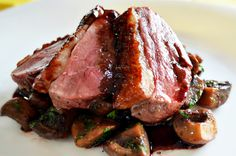 Duck breast, button mushrooms, parsley and lots of delicious orange sauce. Roasted Duck Breast, Goose Recipes, Stuffed Mushrooms, Stuffed Peppers, Wine Recipes, Good Food, Favorite Recipes, Lunch, Beef