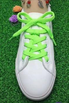 Buket Coşkun The post DIY unglaubliche Schnürsenkel Guide! Buket Coşkun 2019 appeared first on Lace Diy. Ways To Lace Shoes, How To Tie Shoes, Shoe Crafts, Diy Crafts Hacks, Diy Fashion, Mens Fashion, Fashion Ideas, Creative Shoes, Creative Ideas