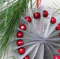 DIY christmas tree ornaments from aluminium screening Paper Christmas Ornaments, Ornament Crafts, Diy Christmas Ornaments, Christmas Projects, Holiday Crafts, Christmas Holidays, Christmas Wreaths, Christmas Decorations, Christmas Shopping