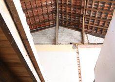 Esta é a vista da escada, subindo para a #ornacafesala03 no segundo andar da casa. Para o guarda-corpo da escada pensamos em uma estrutura em metal preto bem industrial unindo os dois andares do #ornacafe do chão até o teto. Mas agora com o novo teto estilo chalé essa ideia muda! Algum palpite de como poderia ser esta estrutura?