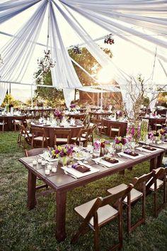 Una boda en la montaña con un día soleado que permitió decorar la carpa de con paneles de tela entreabiertos. Fotografia de Mark Brooke. Boda en verde, morado y rosa bajo una carpa .