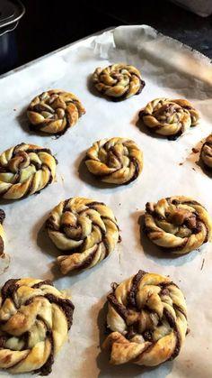 Csavart Nutellás leveles csigák, 3 hozzávalóból elkészíthető finomság! - Bidista.com - A TippLista! Winter Food, Macarons, Bakery, Muffin, Low Carb, Yummy Food, Sweets, Snacks, Meals