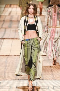 See all the Collection photos from Etro Spring/Summer 2017 Ready-To-Wear now on British Vogue Runway Fashion, Boho Fashion, Spring Fashion, Fashion Tips, Fashion Trends, Vogue, Moda Boho, Milano Fashion Week, Fall Outfits