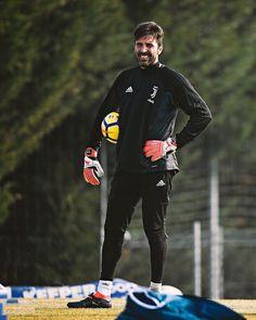 "2,623 mentions J'aime, 5 commentaires - Juventus F.C. (Fanpage)⚪️⚫️® (@insta__juve) sur Instagram : ""#GigiBuffon is Back! . . . . . . . . . #buffon #juventus #adidas #finoallafine #forzajuve…"""