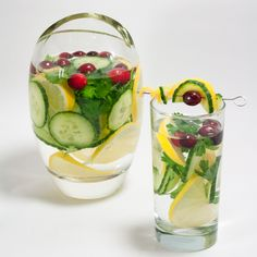 Detox Water To Lose Weight. Try these fat burning detox water recipes to lose weight and get a flat tummy. These detox water recipes are great for weight loss and fat flush, while providing a ton of health benefits! Weight Loss Meals, Weight Loss Drinks, Weight Loss Diet Plan, Best Weight Loss, Detox Drinks, Healthy Drinks, Healthy Water, Eating Healthy, Healthy Food