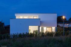 Wer modern bauen möchte, baut kubisch, schlicht und schnörkellos. Daher entschieden sich die Bauherren, die in einem Neubaugebiet ein Grundstück erworben hatten, für das Friedberger Architekturbüro Müller und Kölsch. Einen klaren...