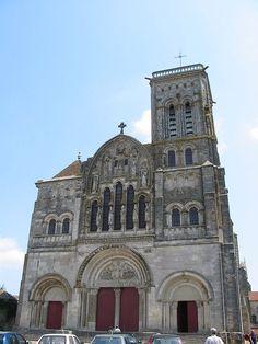 Basilique Sainte-Marie-Madeleine de Vézelay, Yonne (1120-1150). Style : roman et gothique (chœur et transept).