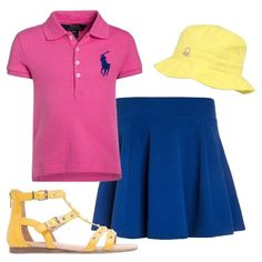 Outfit per bimba composto da gonna a ruota blu elettrico, polo a maniche corte fucsia con logo sul petto, sandali bassi gialli con listini e cappellino giallo.