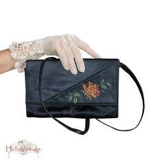 Wunderschöne alte Gobelin Handtasche/Cluch. Gearbeitet aus feinem schwarzen Satin und filigraner Rosenstickerei. Sie hat ein großes Innenfach und e...