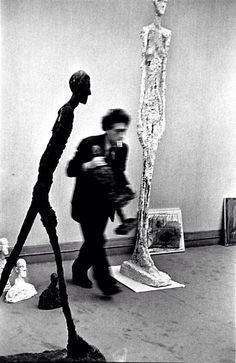 Giacometti caminando entre los suyos. Vaumm arkitekturak.