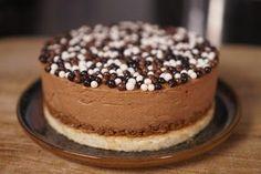 Voici ma recette du gâteau royal chocolat pas compliquée, je l'ai simplifiée au max! 3 étapes, une mousse chocolat, un biscuit amande léger et une couche praliné croustillante avec les crêpes dentelles et le pralin en tablette.